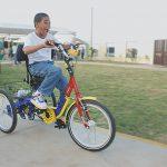 Schüler der Idene-Schule mit behinderten gerechtem Fahrrad