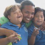 Herzlicher Umgang der Betreuer mit den Schülern der Idene-Schule