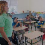 Kinder und Lehrerin der Idene-Schule während dem Unterricht