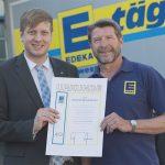 Foto: Urkundenübergabe – EDEKA Südwest ehrt langjährigen Mitarbeiter in Heddesheim