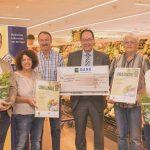 Scheckübergabe: Gerhard Hummel erhält 2000 € für sein Engagement mit einem Biotop auf der Schwäbischen Alb.