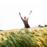 Bloggerin Mia im Getreidefeld