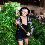 Bloggerin Mia von uberding beim Kühe füttern im Stall