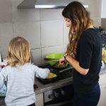 Bloggerin Wunderhaftig beim Kochen mit ihrem Sohn