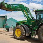 Der Landwirt fährt den Mist mit dem Traktor in die Biogasanlage