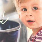 Kind beim Kochen