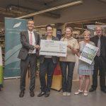 Für ihr Biotopenschutz-Projekt erhält die Stiftung Naturschutzzentrum Obere Donau einen Scheck