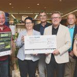 Der Förderverein Freilichtmuseum Beuren e. V. erhält einen Scheck