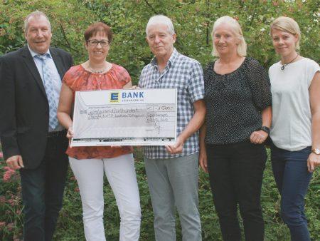 Ein Scheck in Höhe von 1.500 Euro geht an das PalliativNETZ Landkreis Tuttlingen