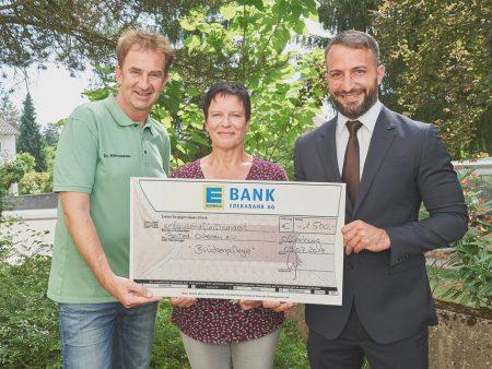 Ein Scheck in Höhe von 1.500 Euro geht an den Verein PalliMed e. V.