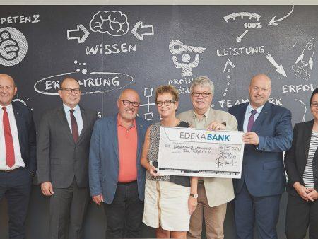 Die Landesverbände der Tafeln erhalten einen Scheck über 35.000 Euro