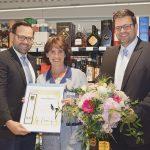 Helga Grondziel erhielt eine Urkunde und ein Präsent für 40 Jahre Betriebszugehörigkeit