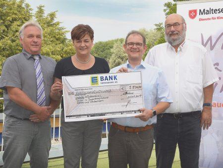 Ein Scheck über 2.500 Euro wird an den Kinderhospizdienst Aalen vergeben