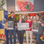 Ein Scheck über 3.000 Euro geht an den Verein RANA e. V.