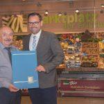 Für 40 Jahre Betriebszugehörigkeit erhält Heinrich Spath eine Urkunde und ein Präsent