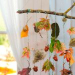 Herbstdeko Mobile mit bunten Blättern