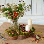 Herbstdeko Tisch mit Naturmaterialien