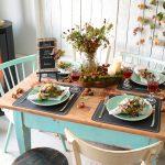 Gedeckter Tisch mit Herbst-Deko