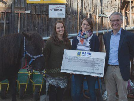 Der Kinderbauernhof am Brennlesberg e. V. erhält einen Scheck über 1.500 Euro