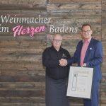 Zu seiner 40-jährigen Betriebszugehörigkeit erhält Reinhard Eisenmann eine Urkunde und ein Präsent