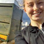 Katharina Schmidt direkt neben einem Bienenstock