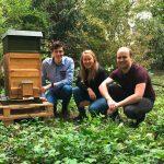 Die drei Entwickler neben dem Bienenstock