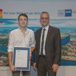 Für seine hervorragenden Leistungen im Rahmen seiner Ausbildung erhält Enrico Fix den EDEKA Südwest Förderpreis