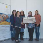Ein symbolischer Scheck über 2.500 Euro geht an den Kinder- und Jugendhospizdienst in Reutlingen