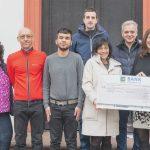 Der Scheck in Höhe von 2.000 Euro kommt der Neuausstattung des Kraftraums an der Schloss-Schule Ilvesheim zugute