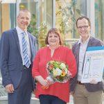 Klaus Müller (l.) und Harald Krieg (r.) gratulierten der Jubilarin und überreichten ihr eine Urkunde sowie einen Blumenstrauß als Dankeschön.