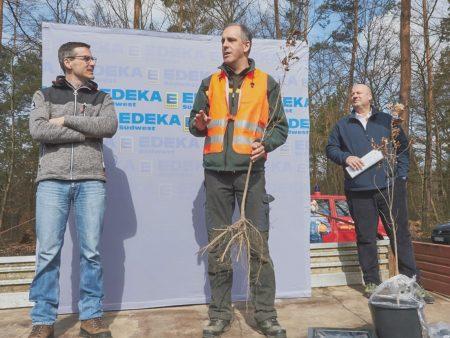 Bei der Pflanzaktion in Rheinstetten: Oberbürgermeister Sebastian Schrempp (v.l.), Alex Stolz (Leiter Forstrevier Rheinstetten) und Jürgen Mäder (Geschäftsführer EDEKA Südwest).