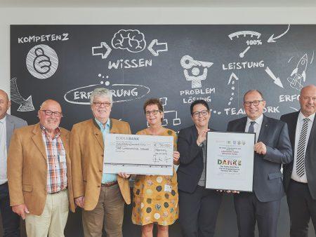 Vertreter der Landesverbände der Tafeln und der EDEKA Südwest bei der Spendenübergabe.
