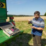 Weizen wird auf seinen Feuchtigkeitsgehalt geprüft