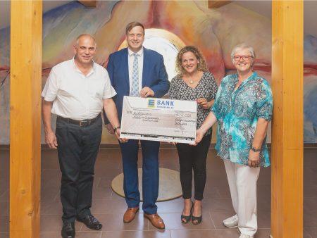 Scheckübergabe von EDEKA Südwest an die Vertreter des Hospiz-Fördervereins VS e.V..