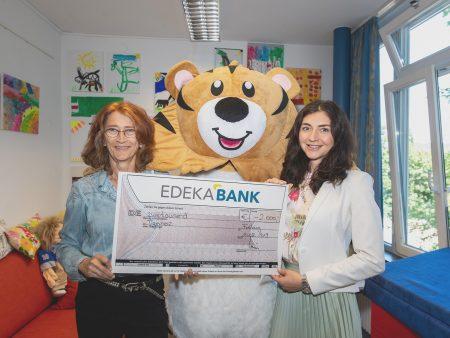 Übergabe des Spendenschecks an das Fundraising und Kommunikation Tumorzentrum Freiburg.