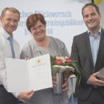 Die Mitarbeiterin Inge Stahl wurde zu ihrem besonderen Betriebsjubiläum geehrt.