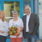Yvonne Bieniek, Leitung Leergutrückerfassung, und Jörg Kupfer, Leitung Logistik Distribution, gratulierten der Jubilarin.
