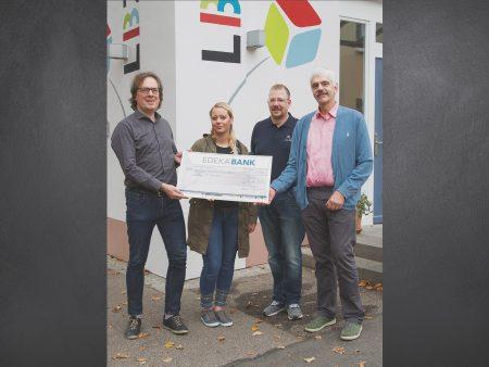 Im Rahmen der Cent-Spende übergab EDEKA-Mitarbeiterin Kathrin Jehle den symbolischen Spendenscheck an die Vertreter des LBZ St. Anton in Riegel.