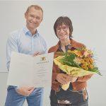 Der Geschäftsbereichsleiter Zentrale Dienstleistungen gratulierte der Jubilarin.