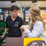 Der behinderte Mitarbeiter Marcel im Gespräch mit Azubine Tine im EDEKA-Markt.