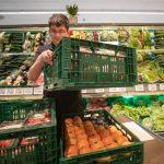 Der behinderte Mitarbeiter Marcel erkennt sofort die Lücken im Obst- und Gemüseregal des EDEKA-Marktes und füllt Ware nach.