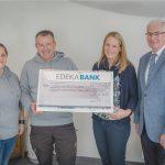 Einen symbolischen Scheck übergaben Mitarbeiter der EDEKA Südwest im Namen ihrer Kolleginnen und Kollegen an das Sternenkinderzentrum Odenwald e.V..