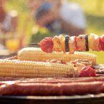 Ein bunt bestückter Grillrost mit Fleisch- und Gemüse gehört zu einer guten Grillparty dazu!