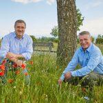 Die Imker Martin Schweizer und Manfred Kraft auf der Wiese