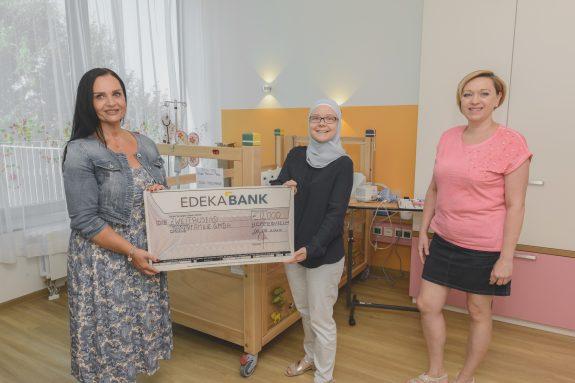 Eine Mitarbeiterin von EDEKA Südwest überreichte den symbolischen Spendenscheck an die Geschäftsführerin der Bärenfamilie GmbH.