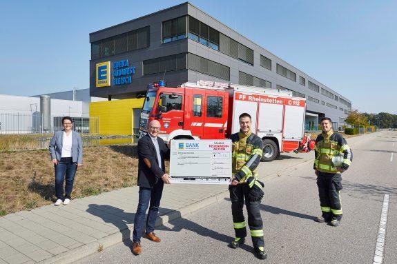 Die Freiwillige Feuerwehr Rheinstetten erhielt den symbolischen Scheck stellvertretend für die Feuerwehrverbände im Südwesten